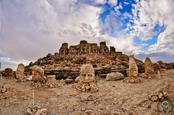 Наследие Турции: Немрут-Даг, гора богов на юго-востоке страны Святилище на вершине горы одна из самых интересных достопримечательностей в стране. Гигантские статуи богов в святилище на вершине