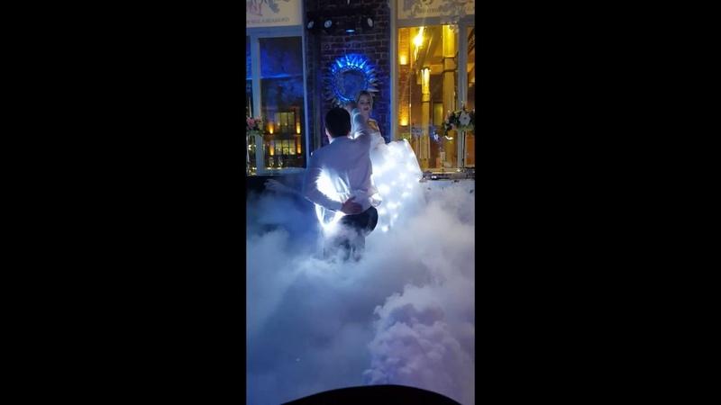 Романтический первый танец молодоженов со световым шоу.