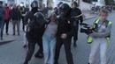 ОМОНовец бьет девушке в живот Москва 10 08 2019 Видео вчерашних задержаний