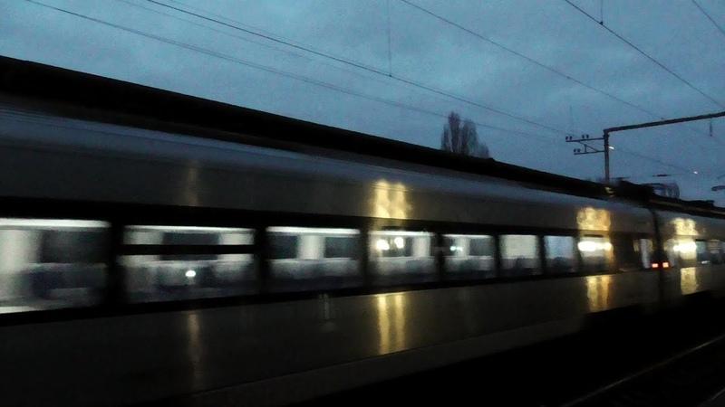 Hyundai Rotem HRCS2 следует вдоль платформы Левый берег