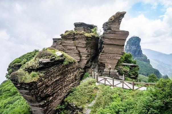 Буддийские храмы «в небесах» на высоте 2300 метров в Китае