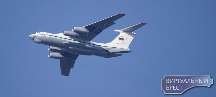 Над Брестом пролетают огромные самолёты с российскими флагами на борту. Что происходит?