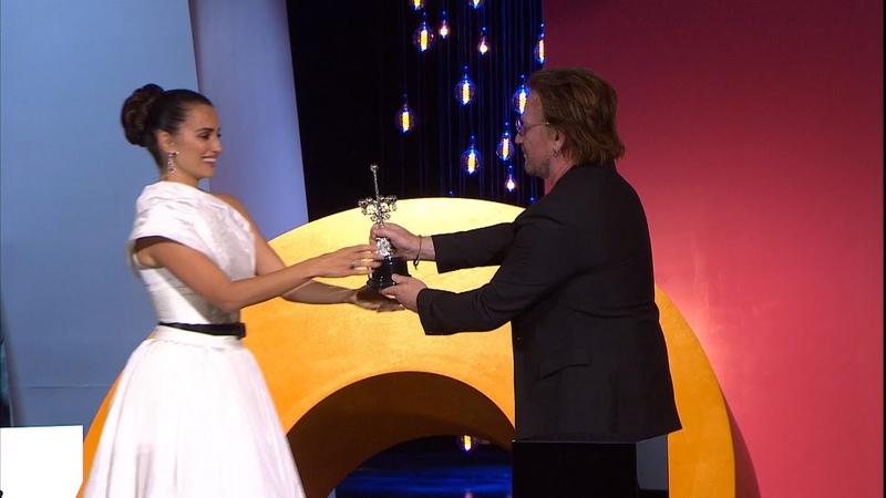 Penélope Cruz recibe el Premio Donostia de manos de Bono (U2)