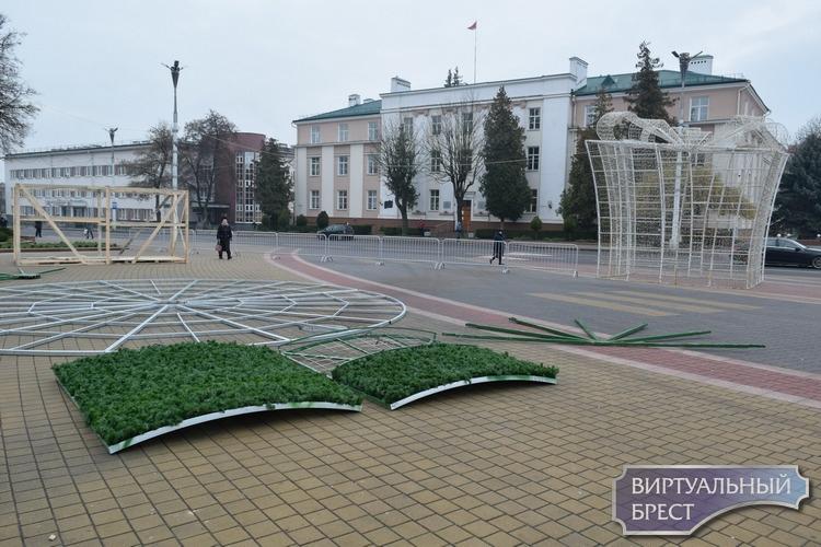 На пл. Ленина в Бресте начался монтаж той самой необычной новогодней ёлки