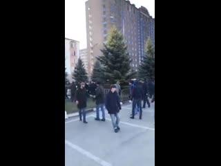 """В Магасе митингующие против принятия закона """"О референдуме Республики Ингушетия"""" наваляли пней Росгвардии. Другая часть толпы пе"""