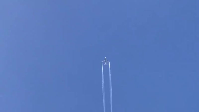 Boeing 777-200ER Delta Airlines сбрасывает топливо над Лос-Анджелесом