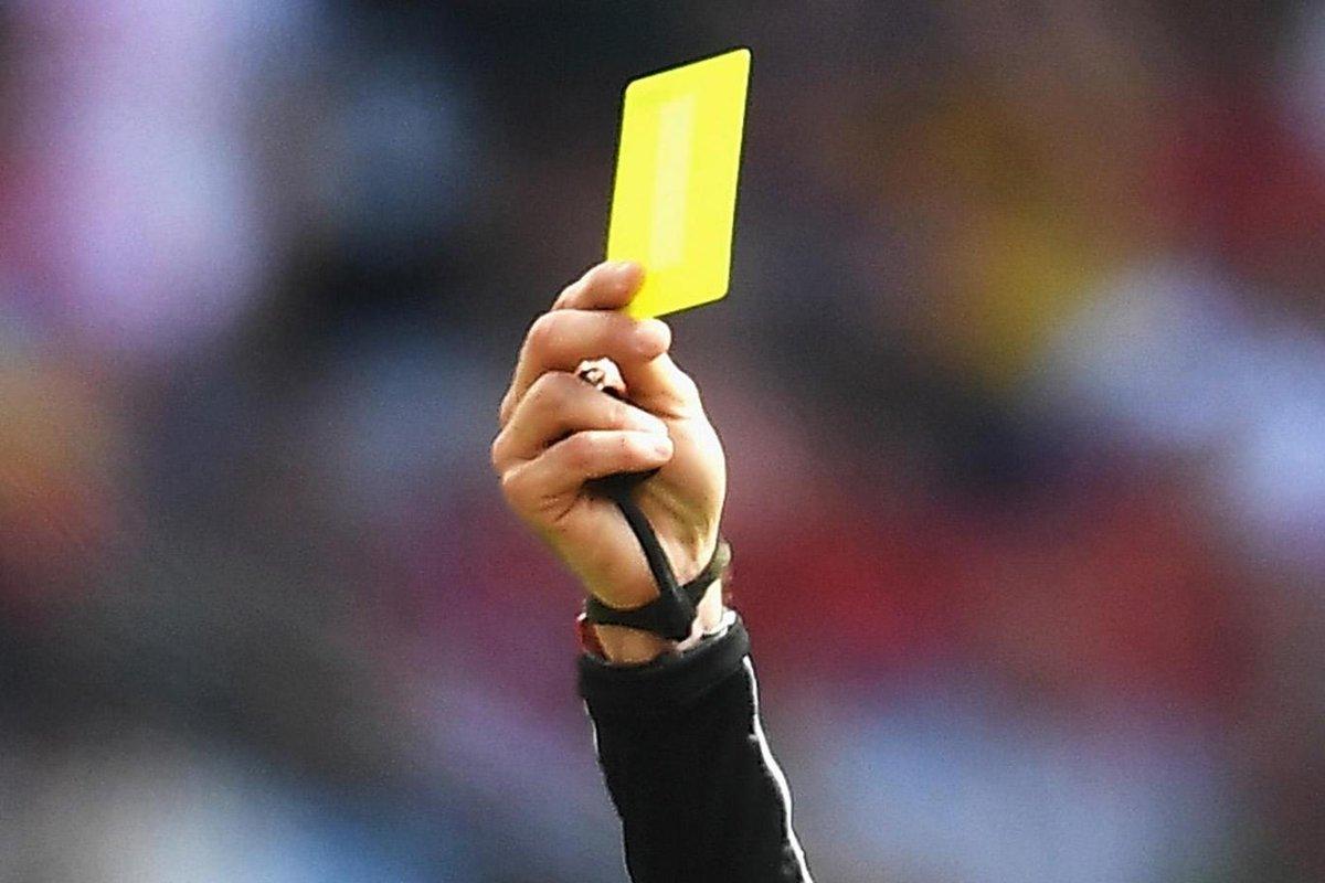 Арбитр показывает желтую карточку, футбол