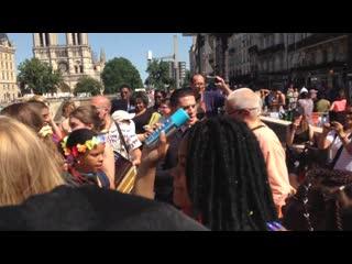 Джанананда Госвами повторяет Харе Кришна в Сен-Мишель вместе с гей-парадом