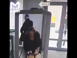 В Ростове-на-Дону задержали мужчину, который пытался пройти в местный Дом творчества с пистолетом и большим ножом.