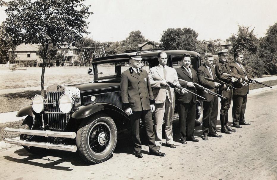 """Чины полиции г. Дейтон у автомобиля """"Кадиллак"""", 1930-е гг."""