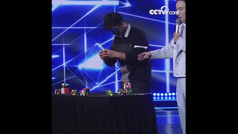 Любители показывают свое мастерство: Быстро собрать кубики Рубика с закрытыми глазами