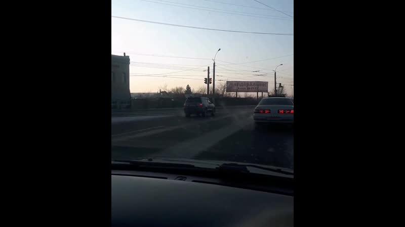 Автомобиль едет по встречной полосе в Чите
