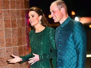 Duke and duchess of cambridge arrive at pakistan's national monument in a tuk tuk