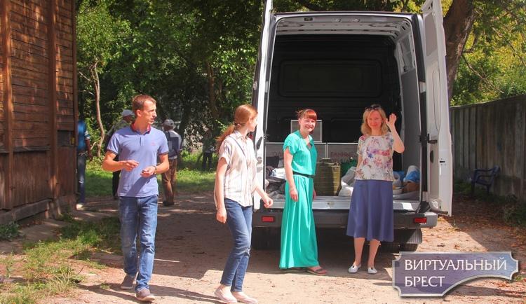 Как в Бресте кормят горячими обедами бездомных. Помогает микроавтобус «Милосердие»