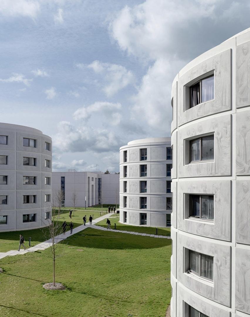 Студенческие общежития сгравировкой нафасадах
