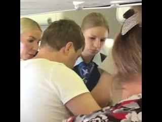 Пьяную россиянку привязали скотчем в самолете