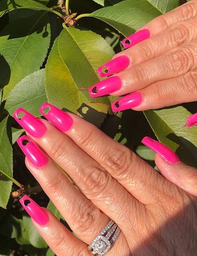 Перфорированные ногти: новый тренд 2020