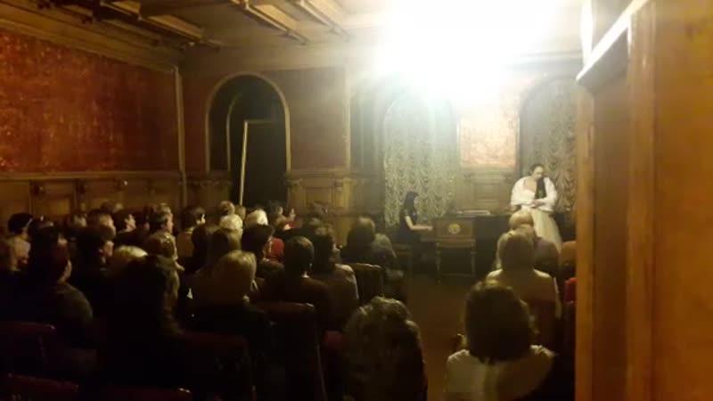 классика во дворце я сижу в первом ряду слева