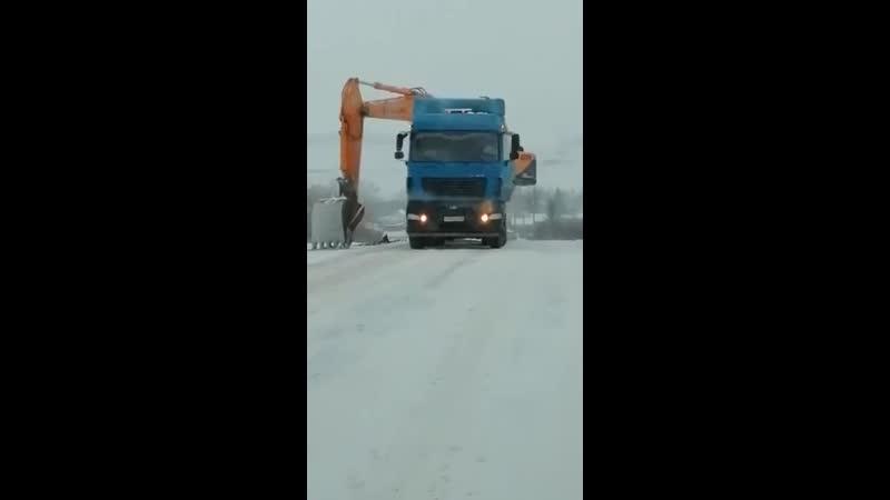 Русская смекалочка выручает Вот так в Оренбургской области находчивый мужик сражается с гололедом