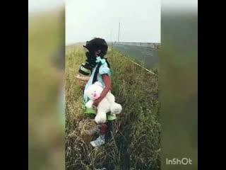Сергей Зверев показал, как девочка гуляет по Сибири в противогазе