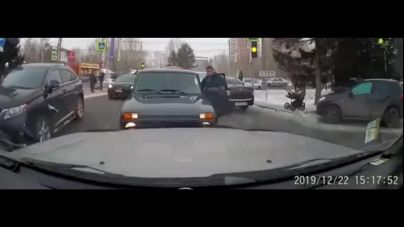 Мужчина высадил жену и ребенка прямо посреди встречной полосы