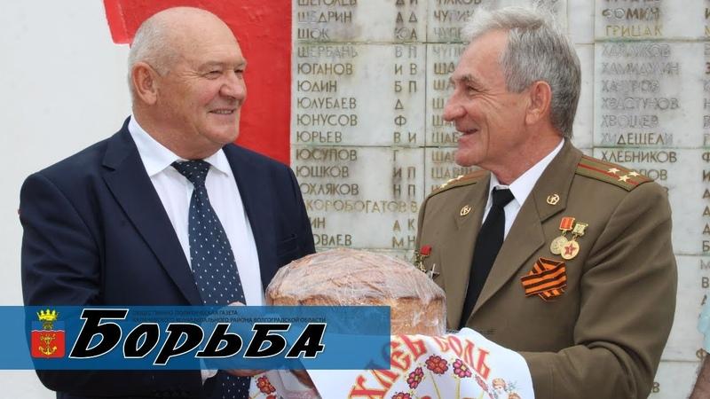 Аграрии Калачёвского района вручили совету ветеранов Каравай Победы