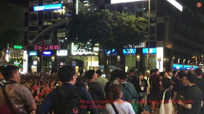 Hàng ngàn người rực màu cờ sắc áo tập trung phố đi bộ Nguyễn Huệ xem trực tiếp bóng đá VN- Thái lan