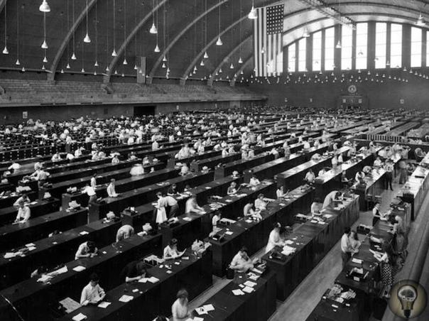 Огромная картотека отпечатков пальцев FBI до перехода на электронную базу. В 1944 году картотека отпечатков пальцев FBI представляла собой огромное здание, где в ящиках и за столами копошились