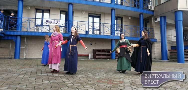 Колокол бил, трубач трубил, средневековые танцы танцевали... На Гребном сегодня было жарко