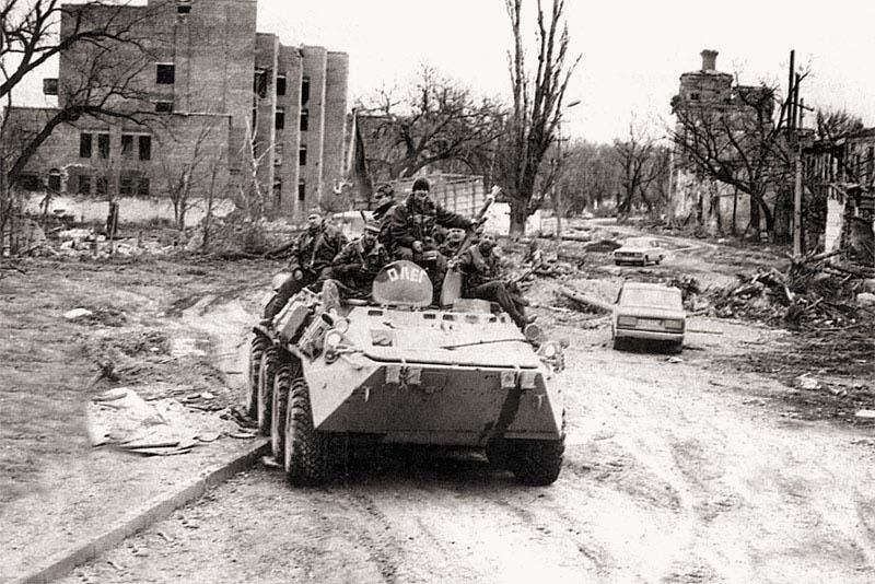 БТР «Олег» тюменского СОБРа на одной из центральных улиц г. Грозного. Начало апреля 1995 г.