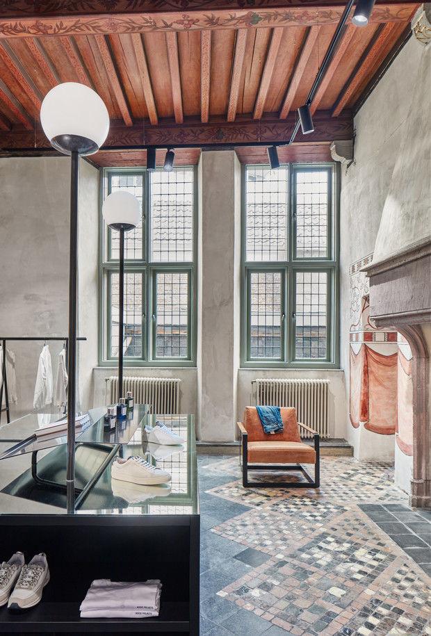 Магазин одежды в здании XII века в Нидерландах