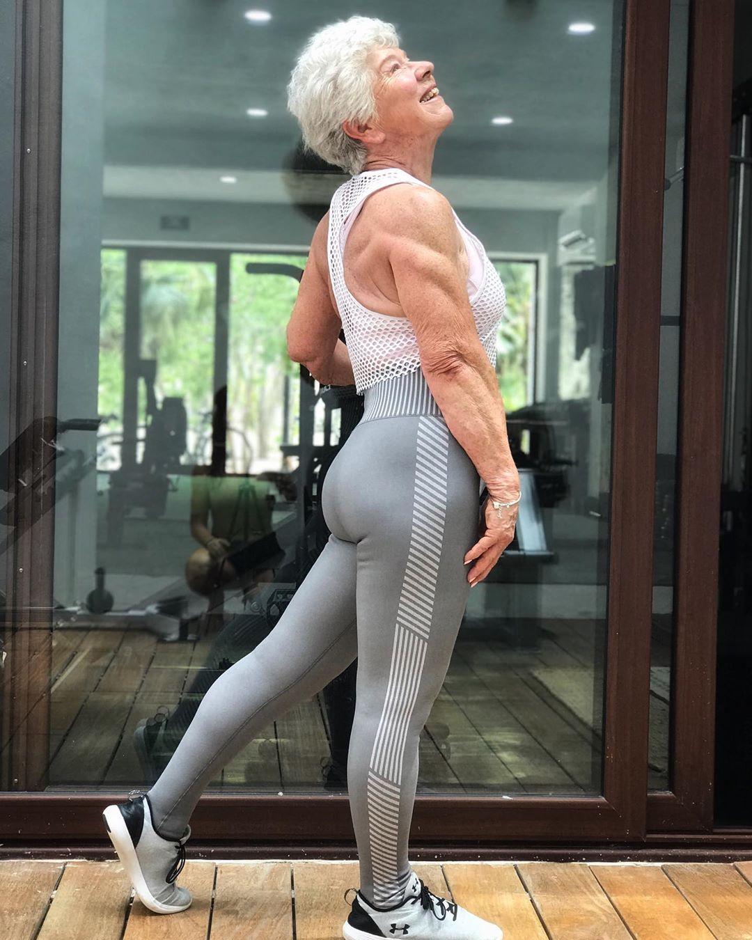 Фитнес-бабушка Джоан Макдональд похудела на 30 кг в 73 года: она бомбит мышцы в зале