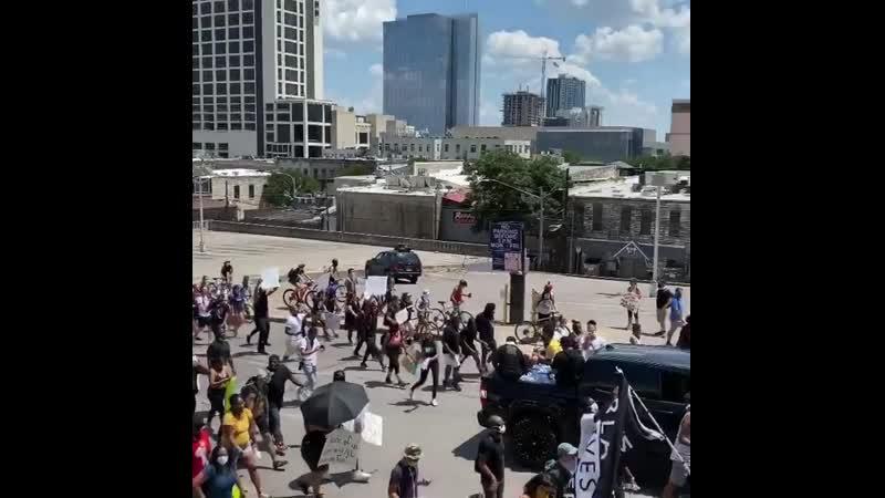 Дженсен и Дэннил Эклз с друзьями на протестах в Остине штат Техас против произвола полиции из Инстаграма Дженсена