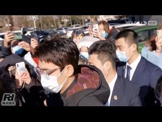 #ZhuYilong появился в последнем ряду гала-концерта Весеннего фестиваля, красивый в прозрачных очках.