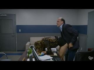 Босс оплодотворил свою секретаршу (кончил секретарше внутрь, накончал в пизду, сперма вытекает из письки, ебет раком)