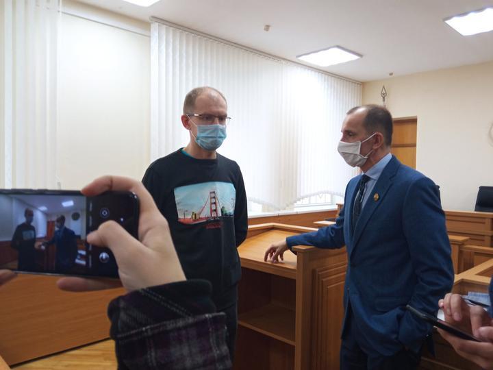 Три года колонии и конфискацию машины запросил прокурор для избитого ОМОНом гродненского таксиста