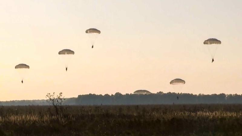 Кадры десантирования 110 лет назад был получен патент на спасательный ранец с автоматически выбрасываемым парашютом