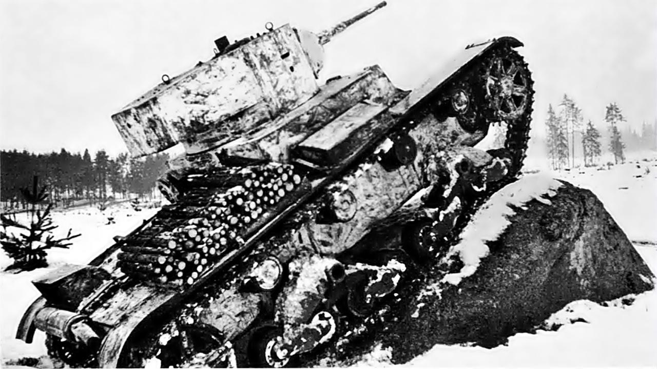 Февраль 1940 года. Карельский перешеек. Легкий танк Т-26 на занятиях по преодолению противотанковых препятствий. На крыле выложены фашины для преодоления рвов.