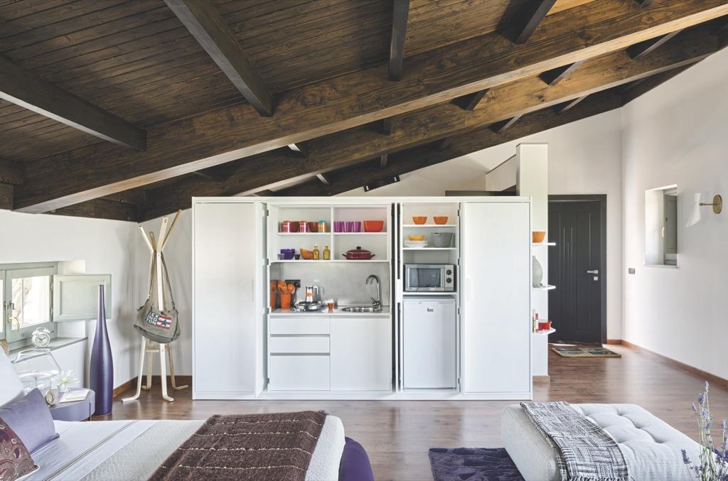 Мансарда-студия 45 м с кухней в шкафу.