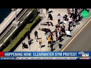 Во Флориде США* жители выразили знак протеста против закрытия спортзалов стали отжиматься прямо на улице