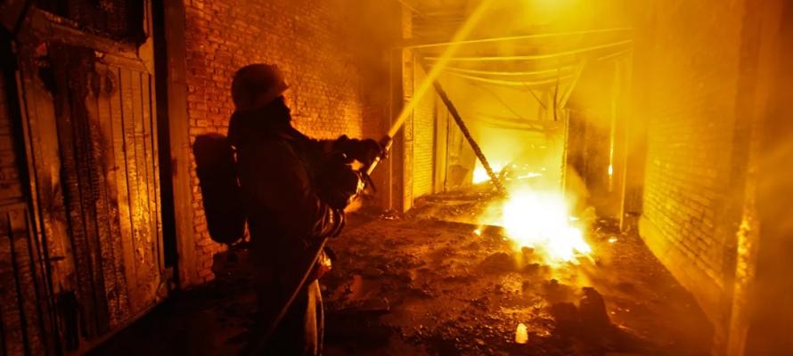 В Таганроге при пожаре в бесхозном строении погиб человек