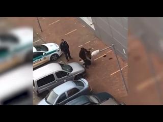 В Словакии разыгрался скандал после публикации видео, на котором полицейские избивают бездомного, чтобы прогнать его.