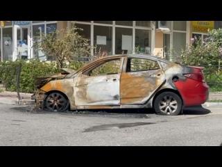 В Сочи второй день не убирают сгоревший автомобиль