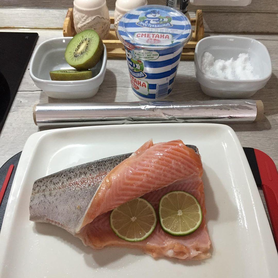 Вкусная рыбка ps: сметана не пригодилась) ps2: киви как альтернатива цитрусам, натер на терке и полил на рыбу ,кстати рыбу запекать 25-30 минут при 180С))) Ооооочень вкусно