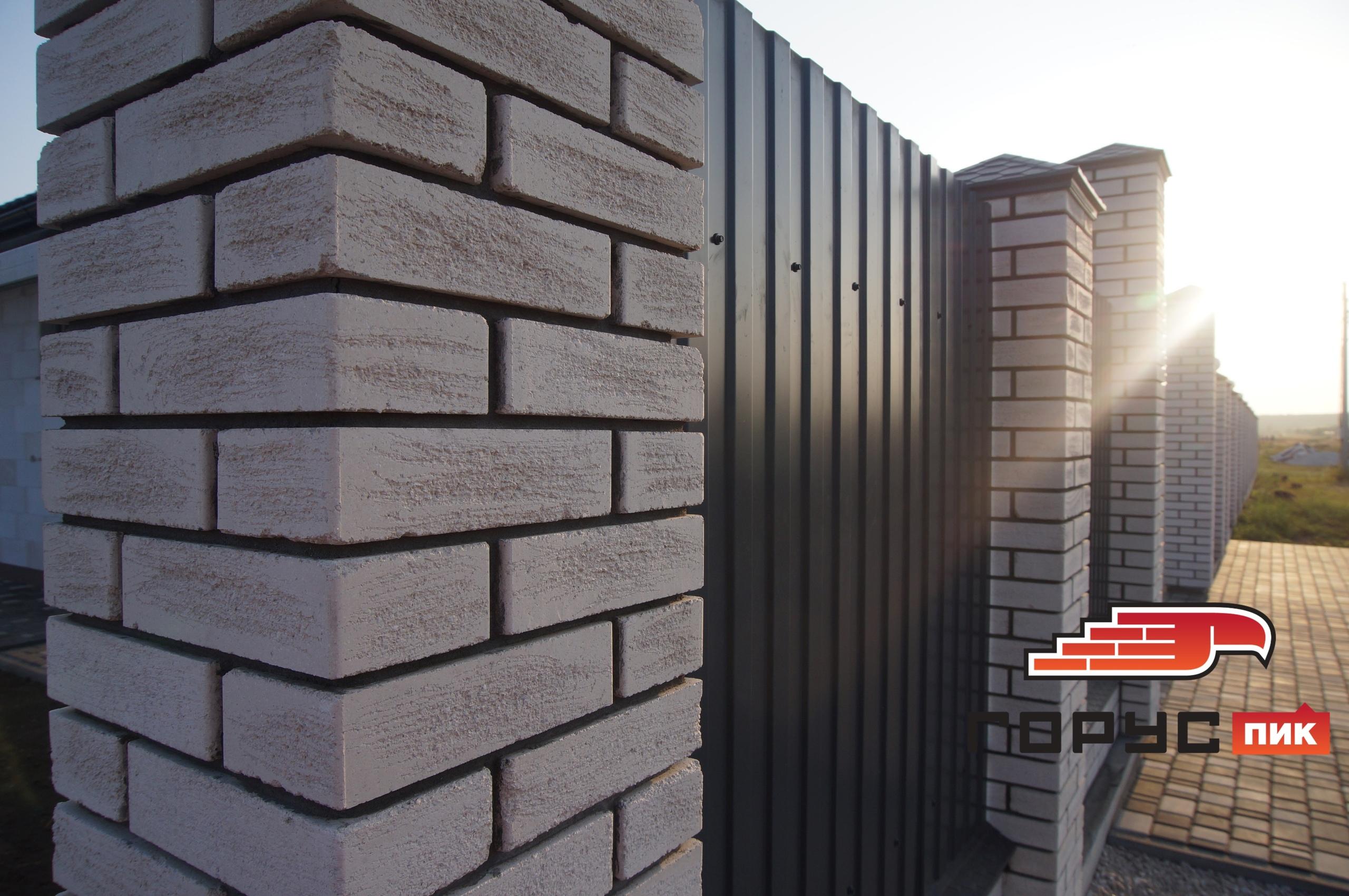Скромный забор из кирпича белого цвета в текстуре