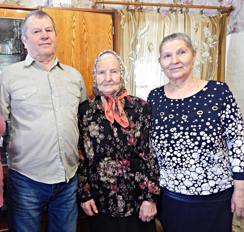 З.И.Журавлёва (в центре) с детьми Николаем и Людмилой.