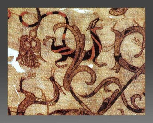 Шелковая вышивка династии Чжоу, около 150 года до нашей эры, из гробницы Синь Чжуй, китайской аристократки женщины в Цзяньлине. Вышивальщица (а может, вышивальщик), вероятно, работала с использованием стальных игл и кольцевых наперстков. https://alexandramakin.com/2020/10/01/early-medieval-mostly-textiles-4/