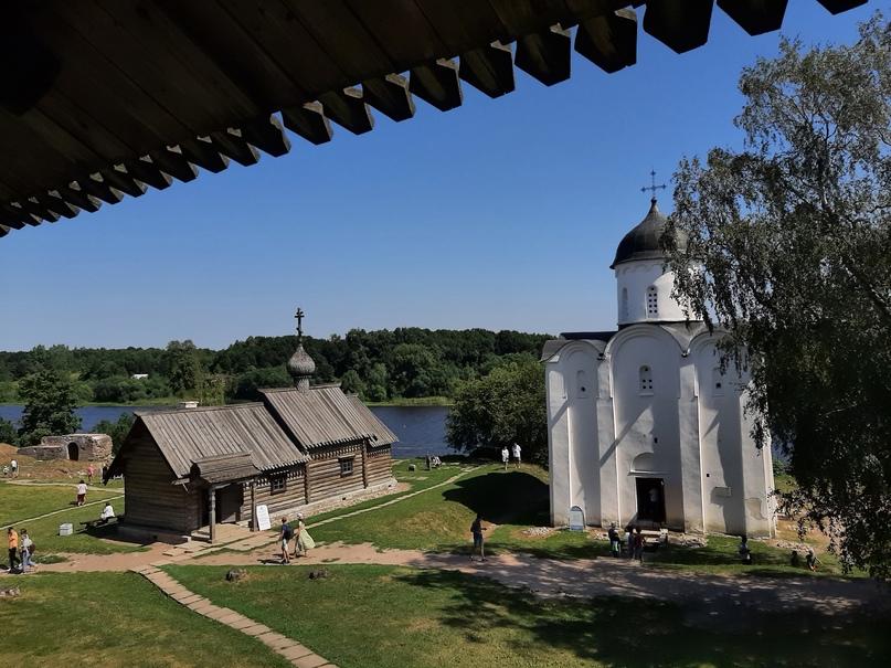 Старая Ладога. Каменный храм Св. Георгия Победоносца, деревянная церковь Св. Дмитрия Солунского