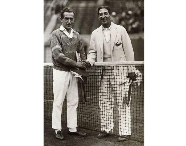 В 1923 году Рене Лакост гулял по Бостону с Аланом Муром, капитаном сборной Франции по теннису