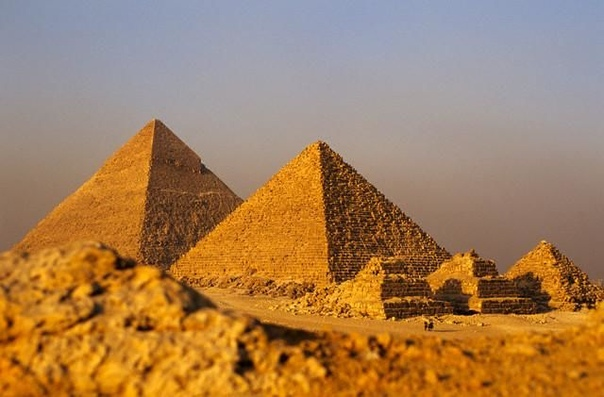 Интересные факты о Древнем Египте 1. Древние египтяне, имевшие высокий социальный уровень, носили парики. Длинные волосы были только у низких слоев населения, а иногда и заплетенными в косу. С